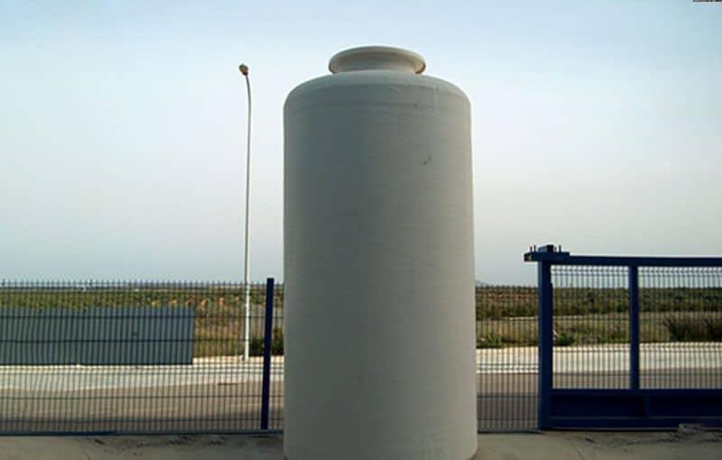 Fotografía de un tanque vertical en superficie